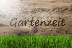 Sunny Wooden Background, Gras, Gartenzeit-de Tijd van de Middelentuin Stock Foto