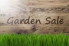 Sunny Wooden Background, Gras, vente de jardin des textes images libres de droits