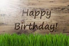 Sunny Wooden Background, herbe, joyeux anniversaire des textes photos stock