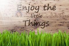 Sunny Wooden Background intelligent, Gras, citation apprécient les petites choses photo libre de droits