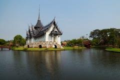 河边缘的宫殿  库存照片