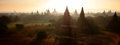 Sunray sopra le tempie di Bagan immagini stock libere da diritti