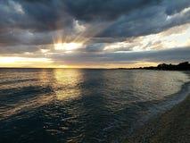 Sunrays μέσω των σύννεφων Στοκ Φωτογραφία