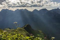 Sunrays πέρα από τα βουνά στοκ φωτογραφία
