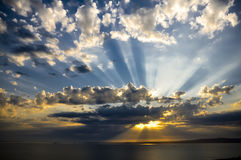 Sunrays στο ηλιοβασίλεμα Στοκ Φωτογραφίες