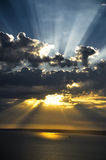 Sunrays στο ηλιοβασίλεμα Στοκ εικόνα με δικαίωμα ελεύθερης χρήσης