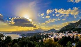 Sunrays над Taormina, Сицилией стоковые фотографии rf