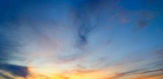 Sunrays освещают небо над горизонтом Широкое фото стоковая фотография rf