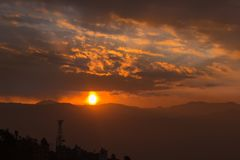Sunrays от облаков и холма стоковая фотография rf