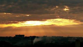 Sunrays błyszczy przez chmur zbiory