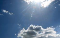 Sunrays che scoppiano attraverso le nubi Fotografia Stock Libera da Diritti