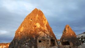 Sunrays di primo mattino sulle caverne di Cappadocia Fotografia Stock Libera da Diritti