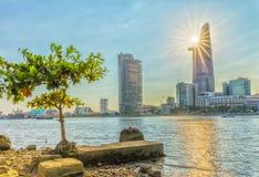 Sunrays drapacze chmur na bocznej rzece Obraz Royalty Free