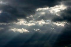 Sunrays par les nuages de tempête Photos stock