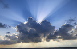 Sunrays pod chmurami Zdjęcia Royalty Free