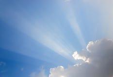Sunrays przechodzi przez chmur Obraz Royalty Free