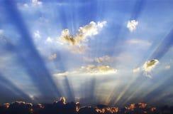 Sunrays que emergen de la nube Fotos de archivo