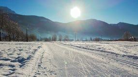 Sunrays w wczesnym poranku na śnieżystym przez cały kraj śladzie z widokami góry obrazy royalty free