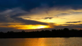 Sunret de Timelapse en el río almacen de video