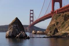 老灯塔和雾驻地在sunri的金门桥下 免版税库存照片