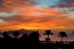 Sunrice und Strand mit einer Ansicht über Tiran Insel stockbild