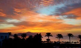 Sunrice und Strand mit einer Ansicht über Tiran-Insel stockbilder