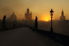 Sunrise on the misty Charles bridge Royalty Free Stock Photos