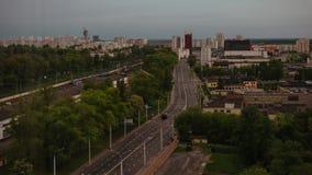 Sunrise na cidade de Minsk: Tráfego de carros na ponte video estoque