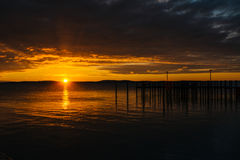 Sunrise over dock and the Chesapeake Bay, in Havre de Grace, Mar Stock Images