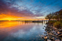 Sunrise over dock and the Chesapeake Bay, in Havre de Grace, Mar Royalty Free Stock Photography