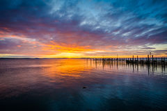 Sunrise over dock and the Chesapeake Bay, in Havre de Grace, Mar Stock Image