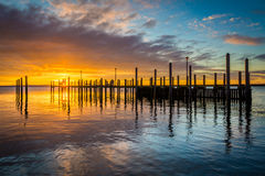 Sunrise over dock and the Chesapeake Bay, in Havre de Grace, Mar Royalty Free Stock Images