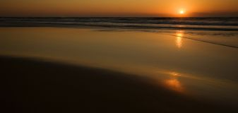 Sunrise over the ocean. And beach Royalty Free Stock Photos
