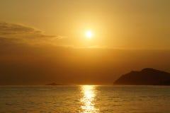 Sunrises μέσα - μεταξύ του νησιού Kaohikaipu (ο Μαύρος/χελώνα) και Makapuu Στοκ Εικόνες