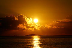 Sunrises πέρα από τα νησιά Kaohikaipu (ο Μαύρος/χελώνα) με το φως του ήλιου σχετικά με Στοκ Εικόνες