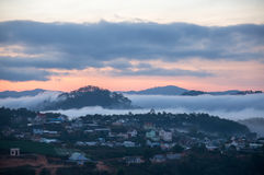 Sunrises, mist en rode wolk somwhere dichtbij Dalat-stad - in Dalat- Vietnam royalty-vrije stock foto