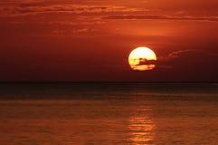 Sunrises op het overzees stock foto's