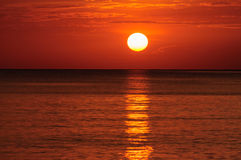 Sunrises op het overzees royalty-vrije stock afbeeldingen