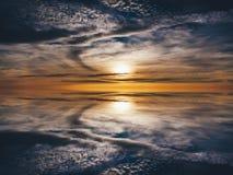 Sunrises sunsets in een oceaan stock afbeelding