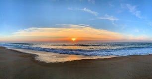 Sunrises sunsets in een oceaan stock foto's