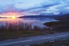 Sunrising över Torne träsk och det u-formiga berget namngav Lapporten Arkivfoton