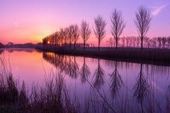 Sunrising sobre un canal en Holanda Fotos de archivo