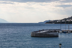 Sunrisse über langem Steinpier in das Meer, Loutraki Griechenland Stockfotografie
