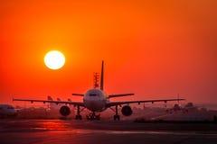 Sunrize över den TAROM FLYGBUSSEN A310 fotografering för bildbyråer