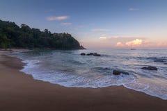 Sunrize over Banaanstrand, Phuket, Thailand vroeg in de ochtend royalty-vrije stock fotografie
