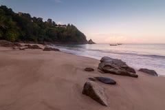 Sunrize sobre la playa del plátano, Phuket, Tailandia temprano por la mañana imagenes de archivo