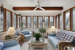 Sunroom con il fascio di legno del soffitto fotografia stock
