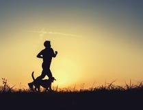 Sunrsetagent met hond royalty-vrije stock foto