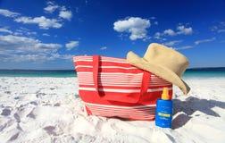 Sunscreen προστασίας ήλιων καλοκαιριού καπέλο στην παραλία στοκ φωτογραφία με δικαίωμα ελεύθερης χρήσης