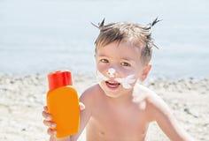 Sunscreen & x28 σχεδίων γατών Moustaches suntan lotion& x29  στο πρόσωπο αγοριών hipster πρίν μαυρίζει Στοκ φωτογραφία με δικαίωμα ελεύθερης χρήσης
